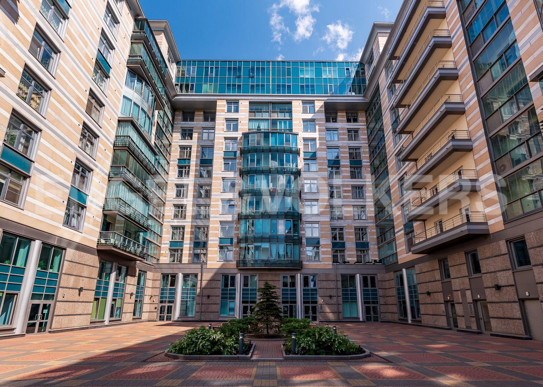 Элитные квартиры в Центральном районе. Санкт-Петербург, Кирочная, 64. Внутренний дворик комлекса