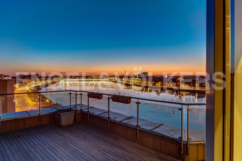 Терраса с видом на панораму исторического Петербурга