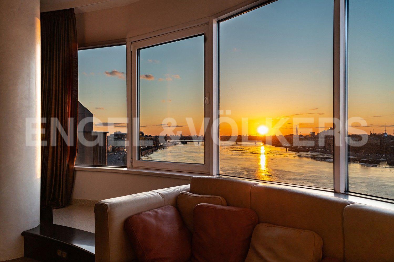Элитные квартиры в Центральном районе. Санкт-Петербург, Воскресенская наб., 4. Панорамный вид из окон гостиной на закате