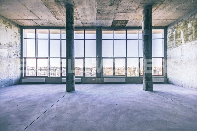 Элитные квартиры в Петроградском районе. Санкт-Петербург, Ждановская ул., 45. Высота потолков в гостиной 5 метров