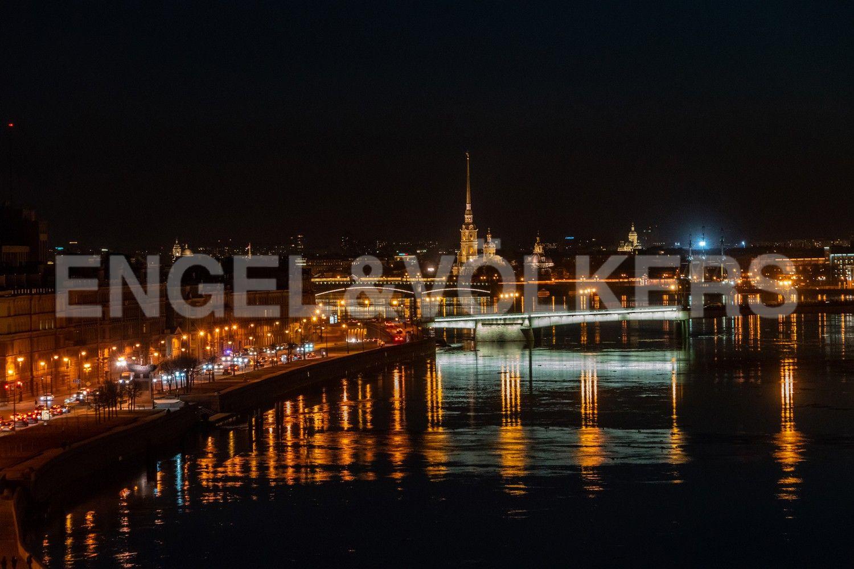 Прямой ночной вид на Петропавловскую крепость и набережную Невы