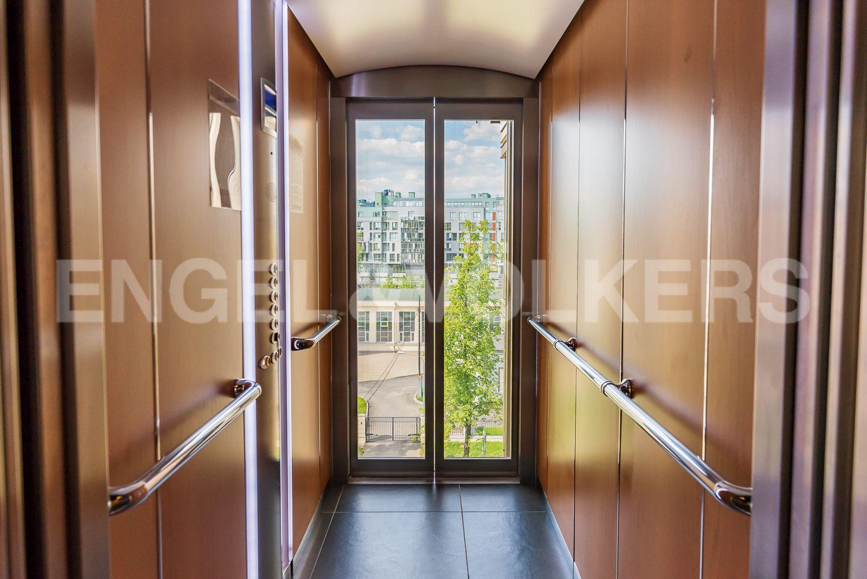 Элитные квартиры на . Санкт-Петербург, Крестовский пр., 12. Лифт с панорамным остеклением