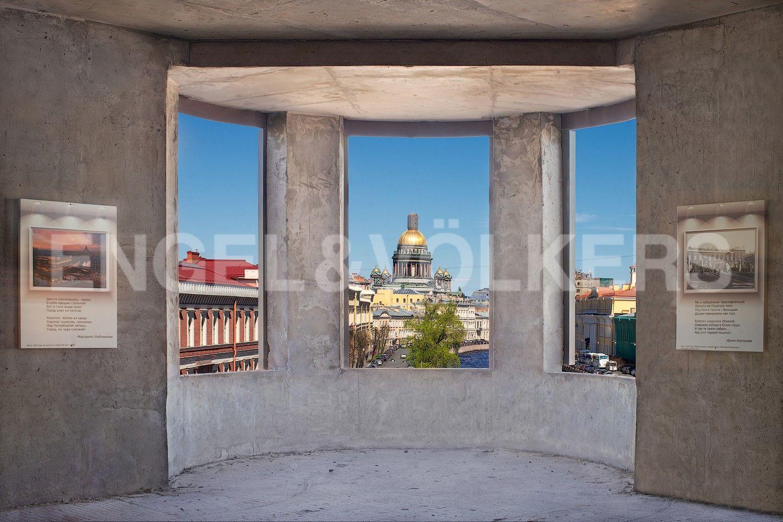 Элитные квартиры в Центральном районе. Санкт-Петербург, Наб. реки Мойки, 102. Вид на Исаакиевский Собор с эркера гостиной