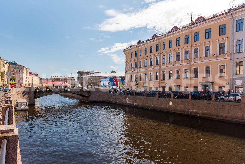 Элитные квартиры в Центральном районе. Санкт-Петербург, Наб. реки Мойки, 6. Фасад дома напротив Большого Конюшенного моста