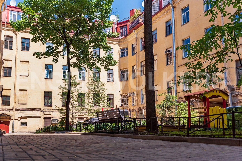 Элитные квартиры в Центральном районе. Санкт-Петербург, Наб. реки Мойки, 6. Ухоженный закрытый двор с зеленым насаждением