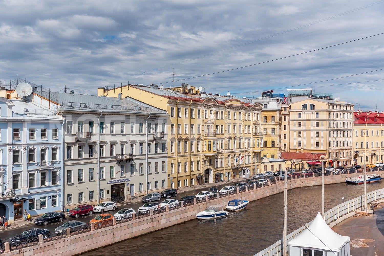 Элитные квартиры в Центральном районе. Санкт-Петербург, Наб. реки Мойки, 6. Вид из окон гостиной на набережную реки Мойки
