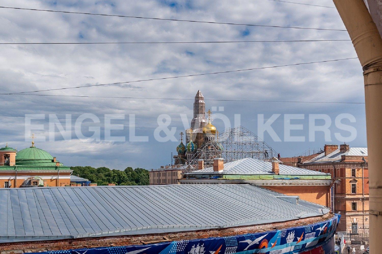 Элитные квартиры в Центральном районе. Санкт-Петербург, Наб. реки Мойки, 6. Вид из окна спальни на купола Спаса-на-Крови