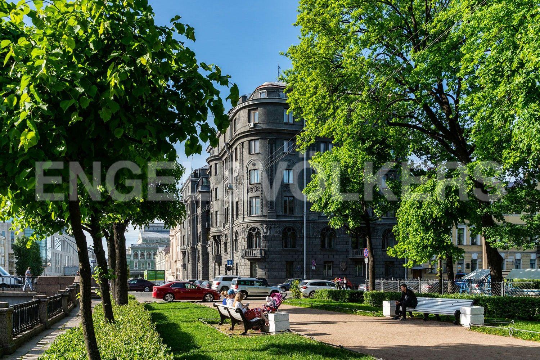 Элитные квартиры в Центральном районе. Санкт-Петербург, Наб. Крюкова канала, 14. Вид на дом из Никольского сада