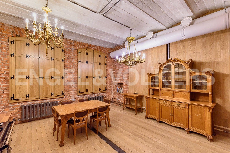 Элитные квартиры в Центральном районе. Санкт-Петербург, Виленский, 15. Закрытые ставни из массива дерева в гостиной