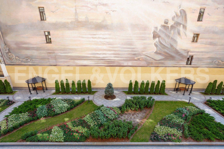 Элитные квартиры в Центральном районе. Санкт-Петербург, Наб. реки Фонтанки, 76 к. 2. Вид из окна в благоустроенный дворик