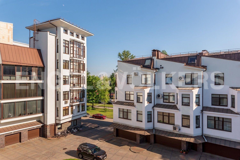 Элитные квартиры на . Санкт-Петербург, Крестовский, 13. Внутренний двор