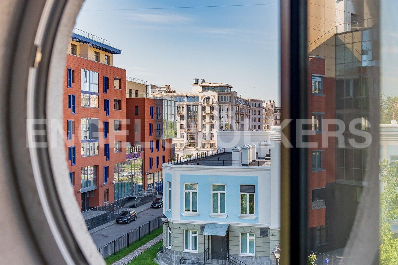 Элитные квартиры на . Санкт-Петербург, Крестовский, 13. Круглое окно