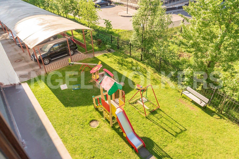 Элитные квартиры на . Санкт-Петербург, Крестовский, 13. Зеленая зона с детской площадкой