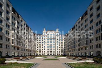 Короленко, 5 – квартира с роскошной гостиной в самом центре Петербурга