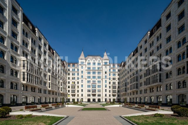 Короленко, 5 - квартира с роскошной гостиной в самом центре Петербурга
