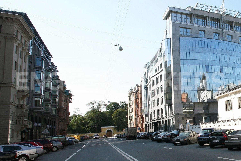 Элитные квартиры в Центральном районе. Санкт-Петербург, Тверская, 1А. Фасад дома прямо напротив Таврического сада