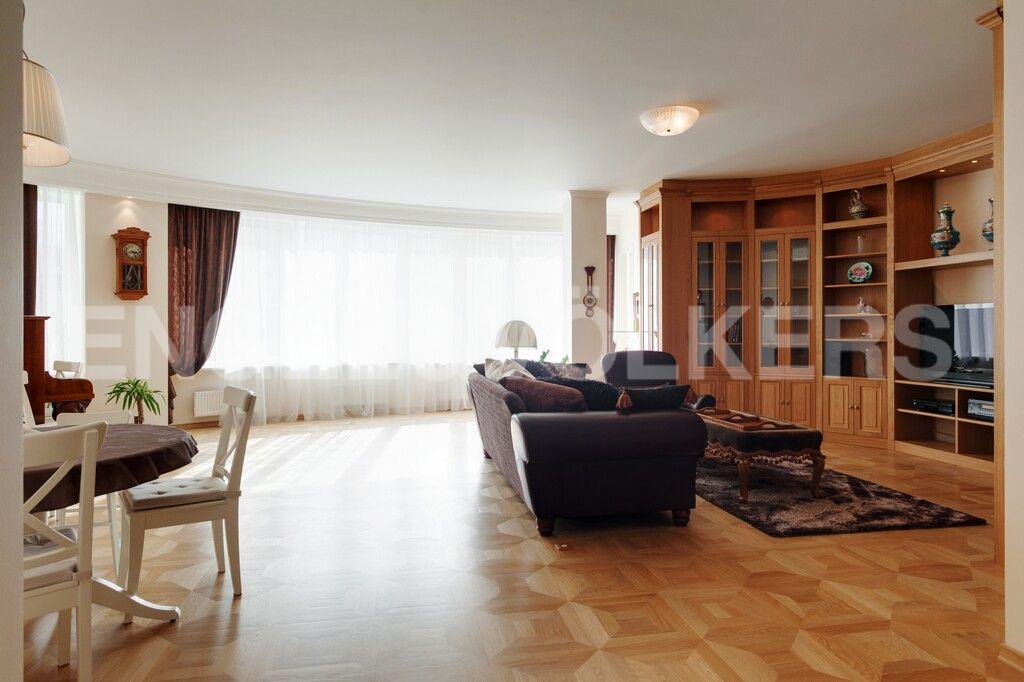 Элитные квартиры в Центральном районе. Санкт-Петербург, Тверская, 1А. Гостиная с расположением на южную сторону света
