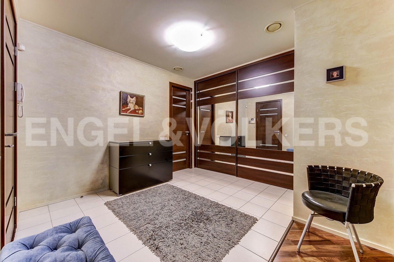 Элитные квартиры в Центральном районе. Жилая площадь, Суворовский, 32. Холл-прихожая с гардеробом