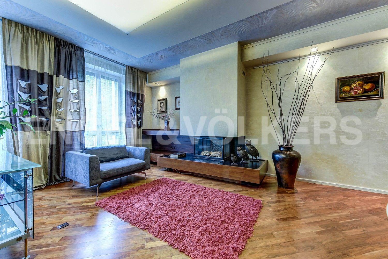 Элитные квартиры в Центральном районе. Жилая площадь, Суворовский, 32. Каминная зона в гостиной