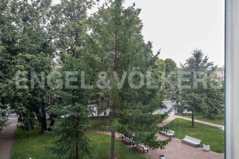 Элитные квартиры в Центральном районе. Санкт-Петербург, Суворовский, 32. Вид из окон гостиной на зелень сквера