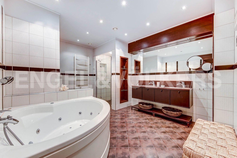 Элитные квартиры в Центральном районе. Жилая площадь, Суворовский, 32. Ванная комната с джакузи