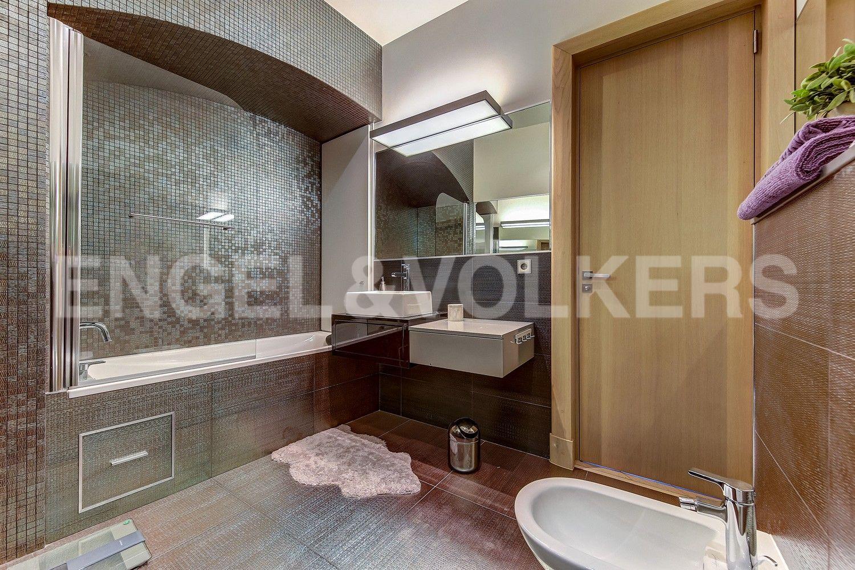 Элитные квартиры в Центральном районе. Санкт-Петербург, Миллионная, 19. Ванная комната при основной спальне