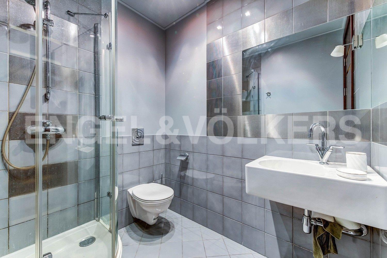 Элитные квартиры в Центральном районе. Жилая площадь, Суворовский, 32. Ванная комната с душевой