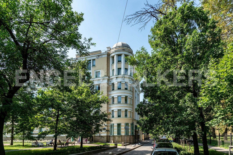 Элитные квартиры в Центральном районе. Жилая площадь, Суворовский, 32. Фасад дома в окружении зелени