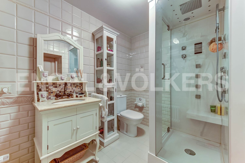 Элитные квартиры в Приморском районе. Санкт-Петербург, п. Ольгино, ул. Коммунаров, 7А. Ванная комната на первом этаже