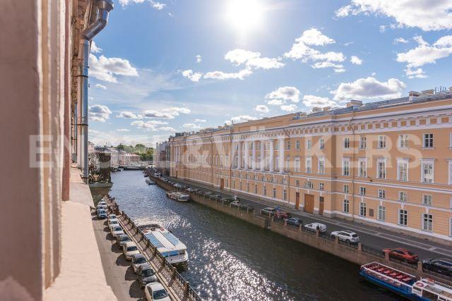 Наб. реки Мойки, 28 - вид на воду у самой Дворцовой площади