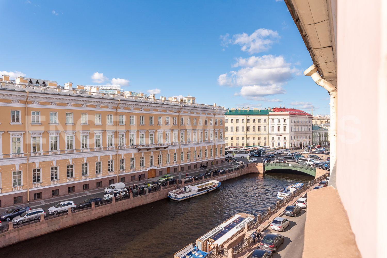 Элитные квартиры в Центральном районе. Санкт-Петербург, Наб. реки Мойки 28. Вид из окна на Певчевский мост