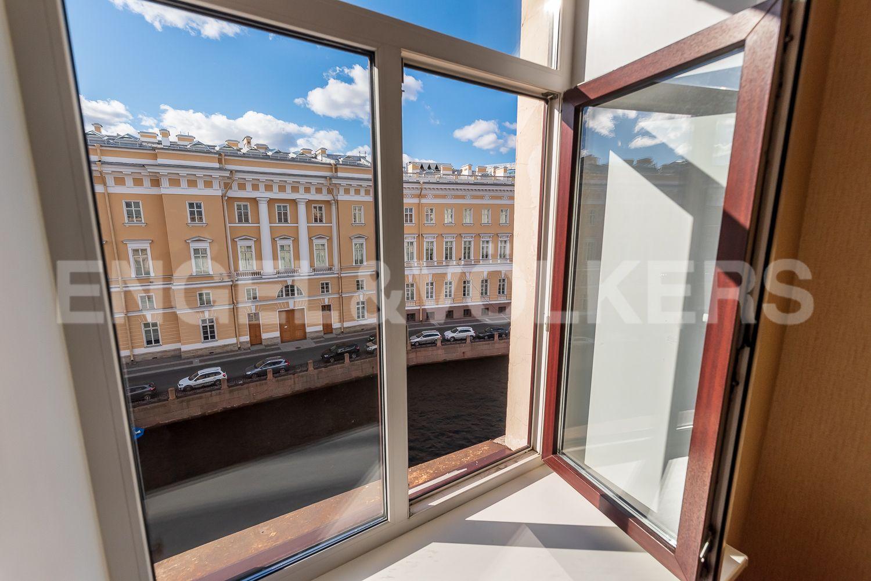 Элитные квартиры в Центральном районе. Санкт-Петербург, Наб. реки Мойки 28. Вид из квртиры на Главный Штаб