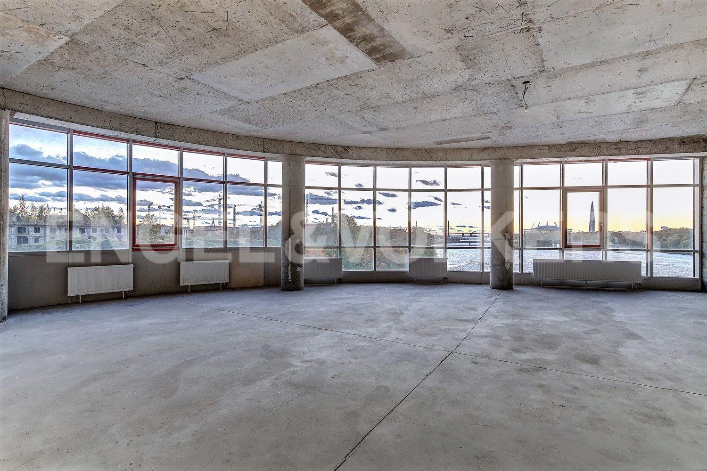 Просторная гостиная с панорамным остеклением