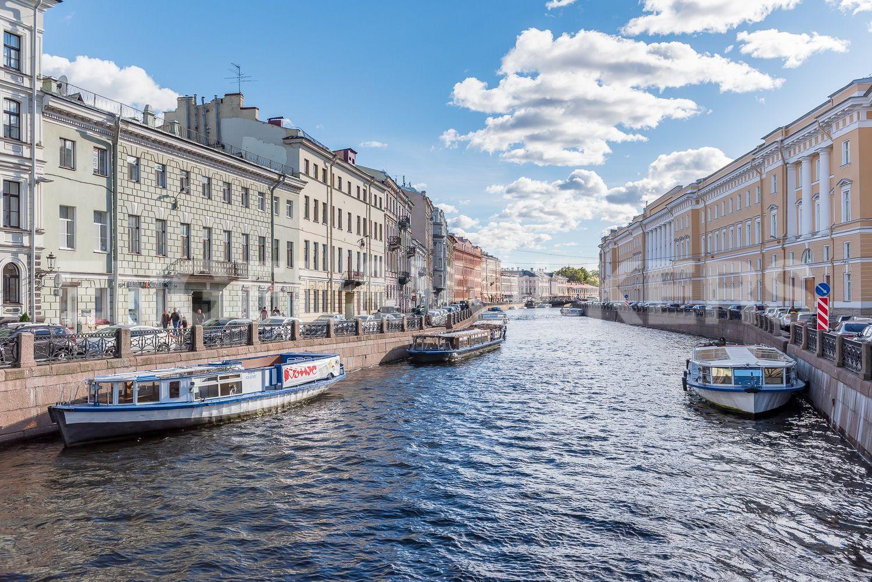 Элитные квартиры в Центральном районе. Санкт-Петербург, Наб. реки Мойки 28. Вид на Мойку с Певчевского моста
