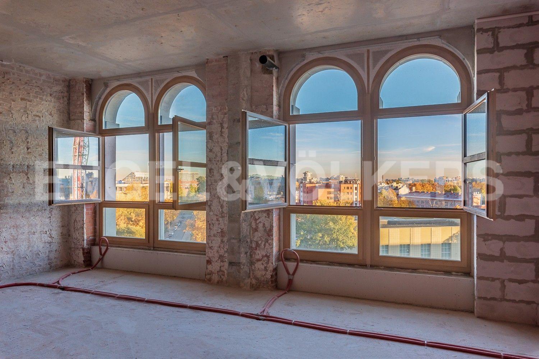 Элитные квартиры на . Санкт-Петербург, Депутатская, 26. Арочные окна 7-го этажа