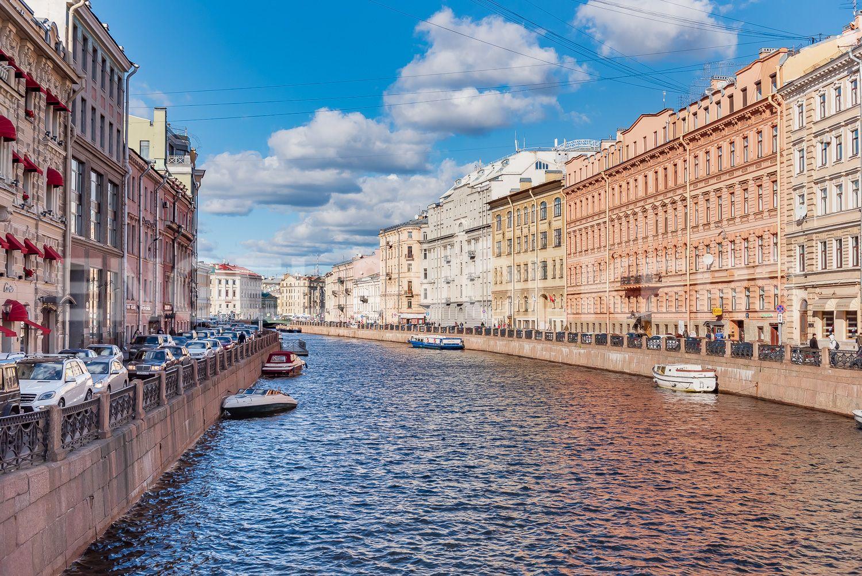 Элитные квартиры в Центральном районе. Санкт-Петербург, Наб. реки Мойки 28. Вид на Мойку с Невского проспекта