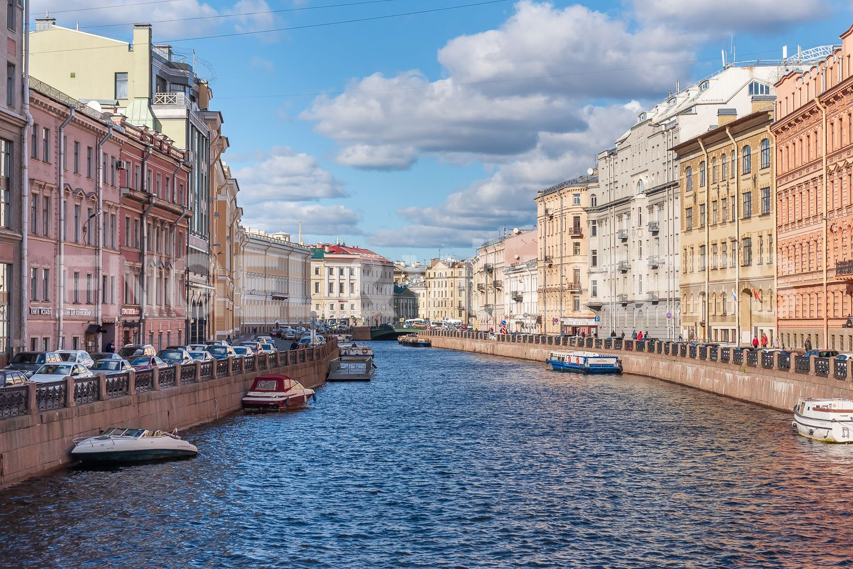 Элитные квартиры в Центральном районе. Санкт-Петербург, Наб. реки Мойки 28. Вид на канал с Зеленого моста