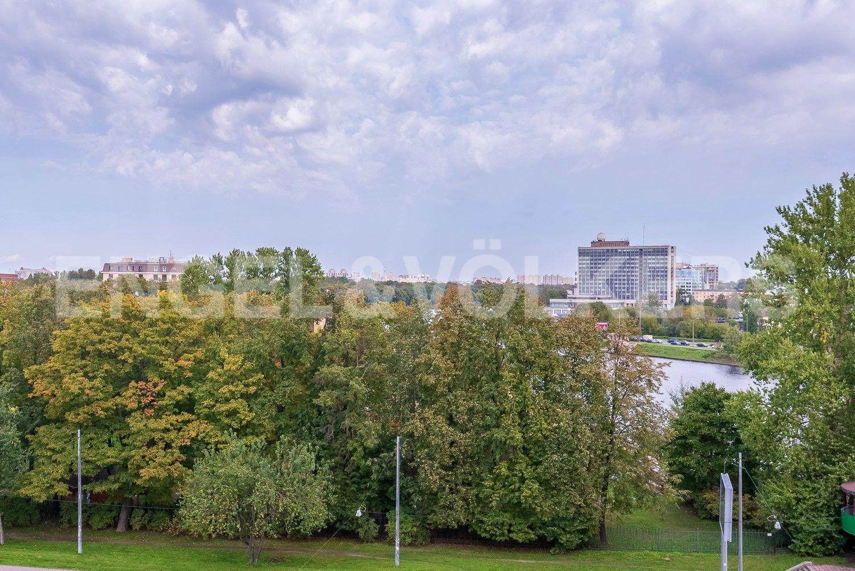 Элитные квартиры на . Санкт-Петербург, ул. Вязовая, 8. Сквер перед домом