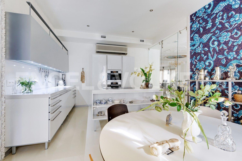 Элитные квартиры в Центральном районе. Санкт-Петербург, Большая Морская, 4. Столовая со встроенной кухней