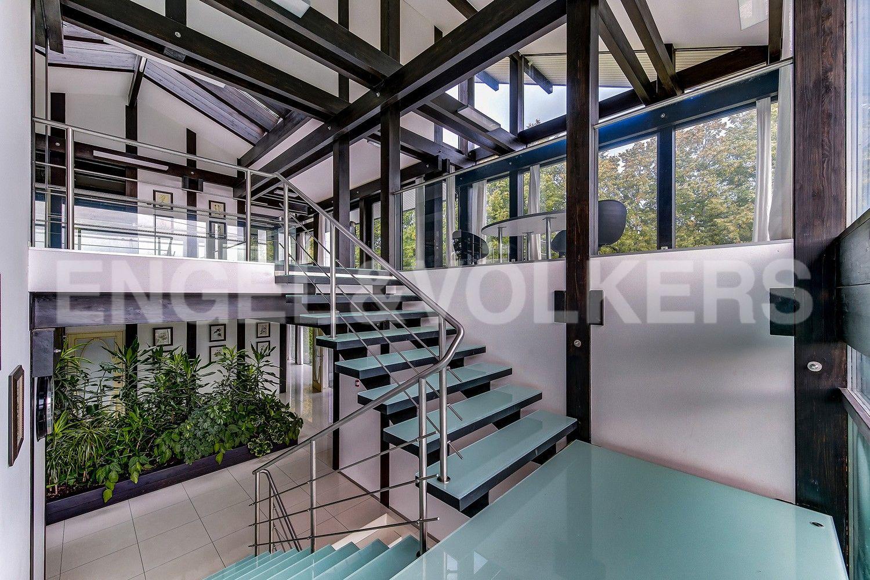 Элитные квартиры в Приморском районе. Санкт-Петербург, Приморское шоссе, 120. Лестница на 2-м этаже