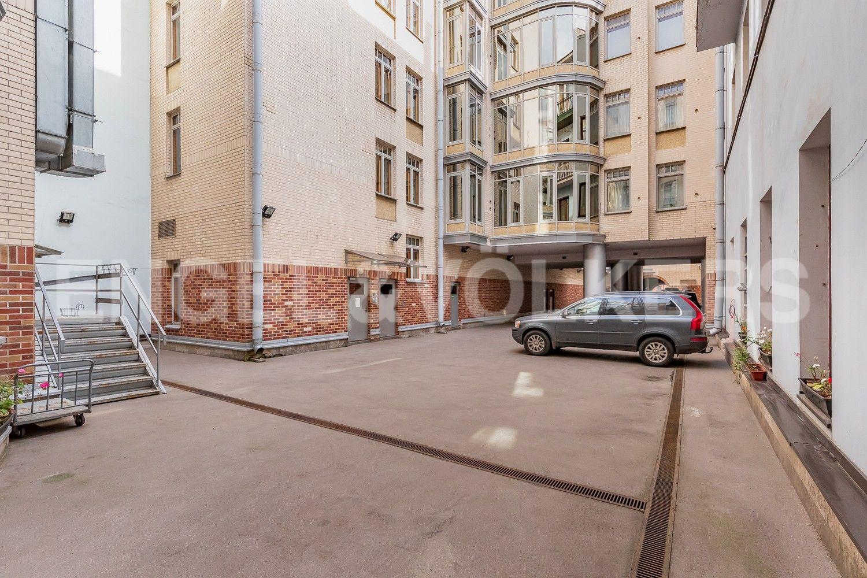 Элитные квартиры в Центральном районе. Санкт-Петербург, Большая Морская, 4. Гостевая парковка во внутренем дворе