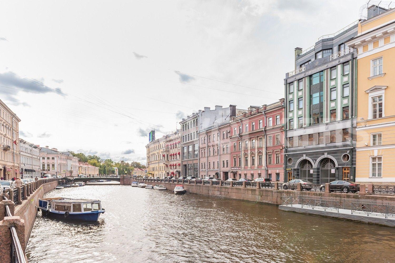 Элитные квартиры в Центральном районе. Санкт-Петербург, Большая Морская, 4. Фасад дома по наб. реки Мойки
