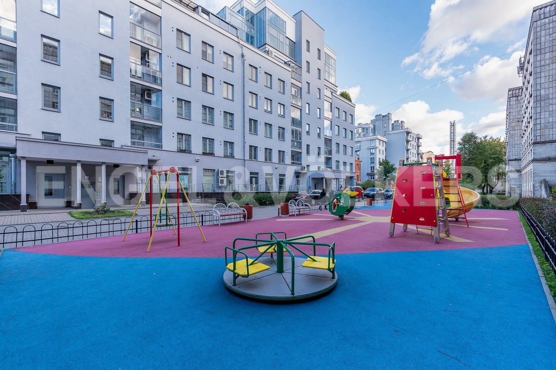 Элитные квартиры в Петроградском районе. Санкт-Петербург, Каменноостровский, 62. Детская площадка во дворе