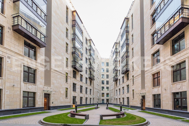 Элитные квартиры на . Санкт-Петербург, Морской пр, 29. Благоустроенный эко двор дома
