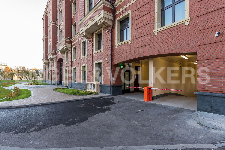 Элитные квартиры на . Санкт-Петербург, Морской пр, 29. Въезд в подземный паркинг
