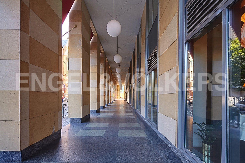 Элитные квартиры в Петроградском районе. Санкт-Петербург, Корпусная, 9. Галерея перед главным входом в комплекс