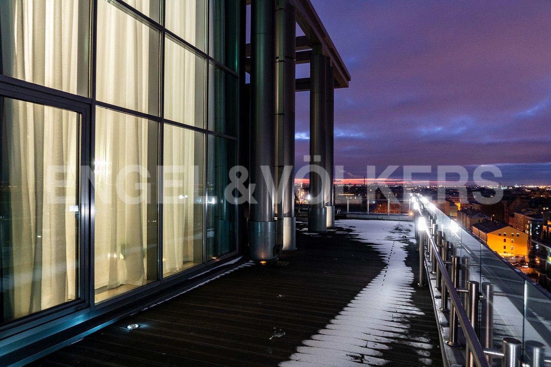 Элитные квартиры в Центральном районе. Санкт-Петербург, Кирочная ул., д.64. 12А Собственная терраса с видом на панораму города