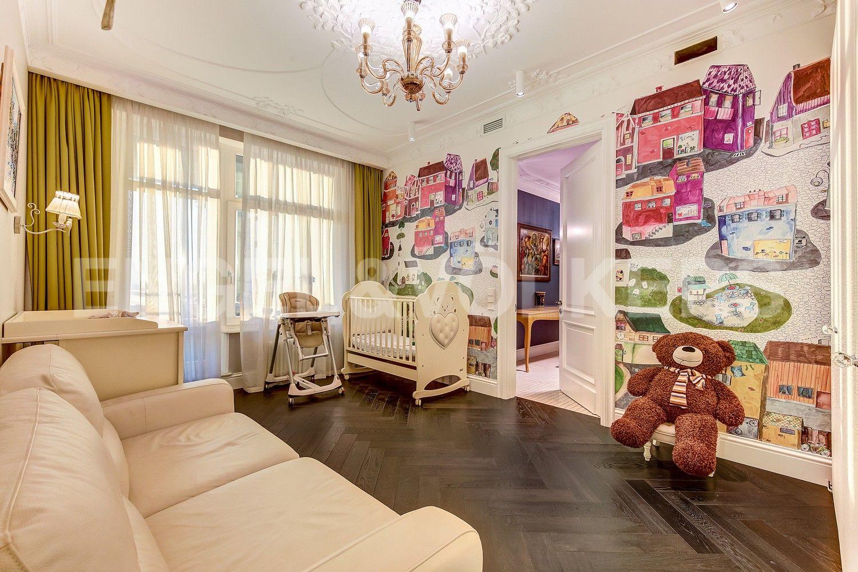 Элитные квартиры в Центральном районе. Санкт-Петербург, Кирочная ул., д.64. Детская спальня с выходом на лоджию