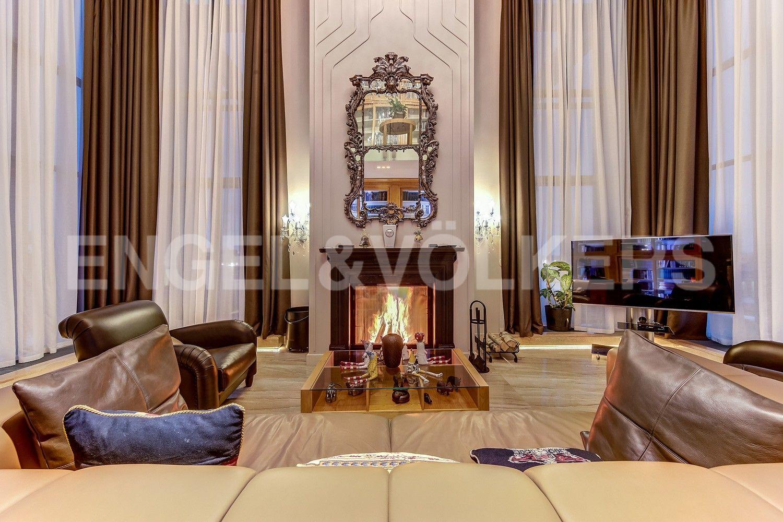 Элитные квартиры в Центральном районе. Санкт-Петербург, Кирочная ул., д.64. Дровяной камин и панорамные окна в гостином зале