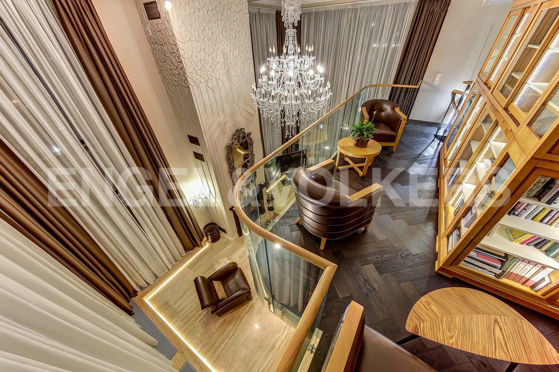 Элитные квартиры в Центральном районе. Санкт-Петербург, Кирочная ул., д.64. Галерея-библиотека при гостином зале